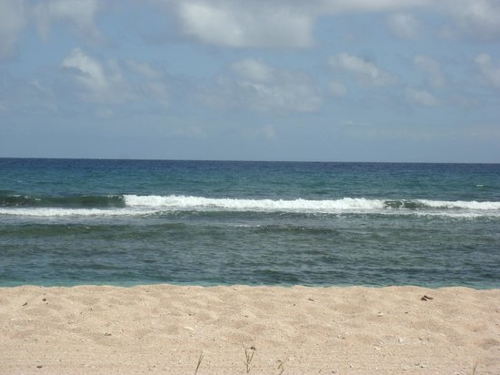 Gentle Winds Condominiums : Gentle waves at condo beach