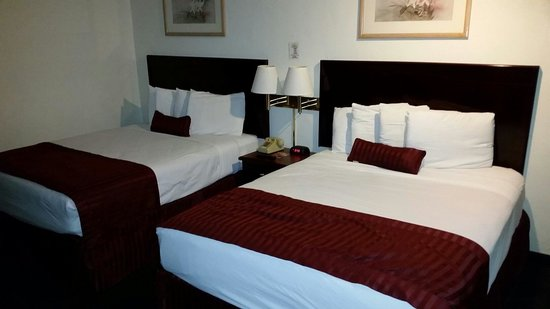 Super 8 Anaheim Near Disneyland: The left bed had a dip in the middle, not cool for 2 ppl unless you like to cuddle. AC is perfec
