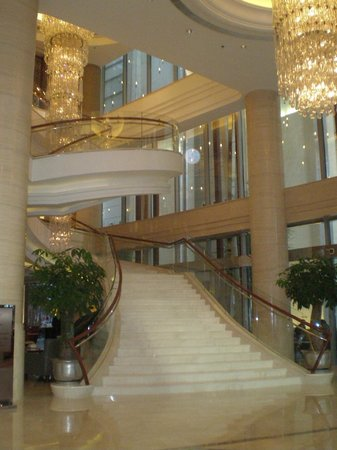 Shanghai Marriott Hotel City Centre: lobby com escada de filme...