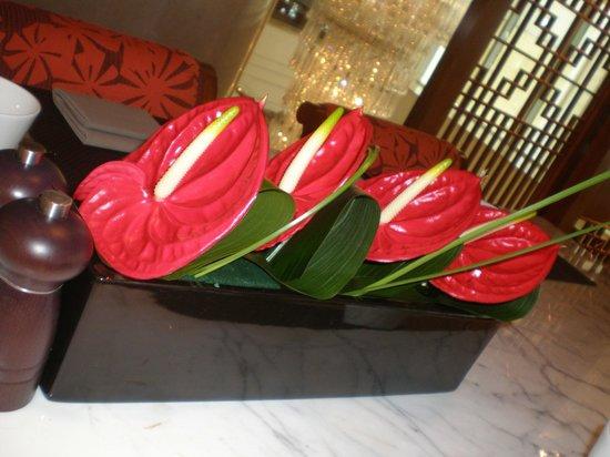 Shanghai Marriott Hotel City Centre: flores frescas em todo hotel
