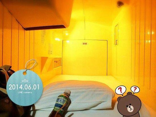 Shinjuku Kuyakushomae Capsule Hotel : カプセルを覗くと(笑)