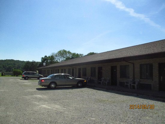 Mohican Little Brown Inn: attractive outside