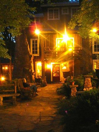 Lake Rabun Hotel & Restaurant : Outside seating area at night.