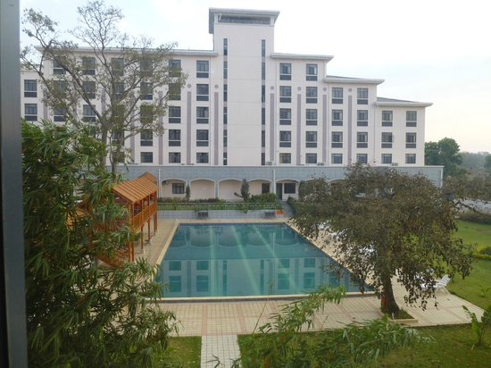 Golden Peacock Hotel : Pool between the two buildings with Chinese walkway