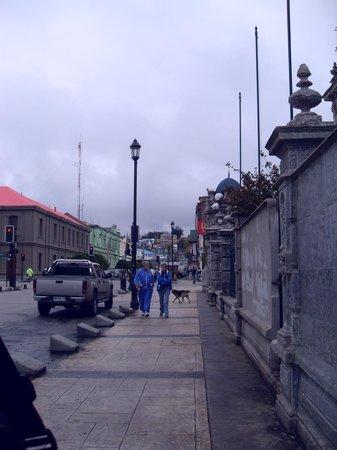 Cementerio Municipal: muro del frente del cementerio, da a la Av. Bulnes