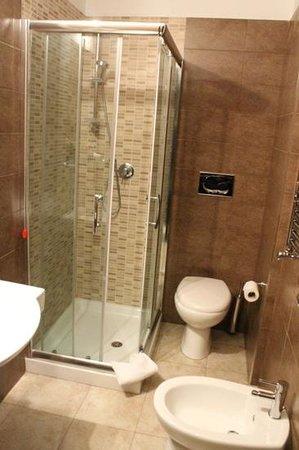 Domus RomAntica: clean bathroom