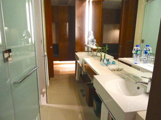 Novotel Citygate Hong Kong: Great bathroom, lots of counter space during first stay