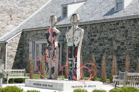 Franklin D. Roosevelt Presidential Library and Museum: Sculpture using the Berlin Wall