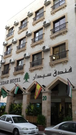 Cedar Hotel: The front of the hotel