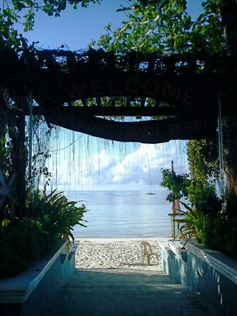 Dumaluan Beach Resort: the entrance from the beach