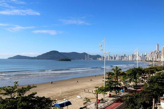 D'Sintra Hotel: Vista das piscinas externas, lado sul da praia.