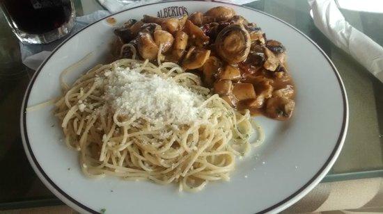Alberto's: spaghetti com filé ao molho de cogumelos
