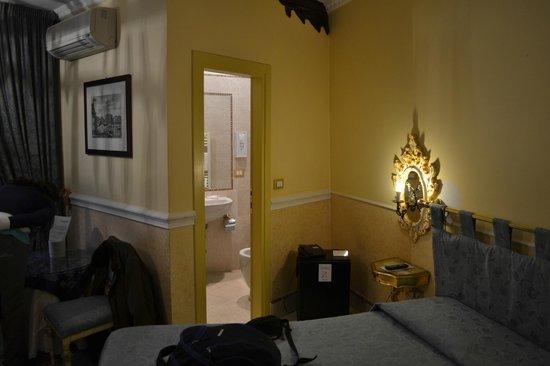 Casa Fenice : Baño desde la habitaciòn