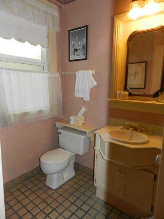 Petite Auberge: Bathroom