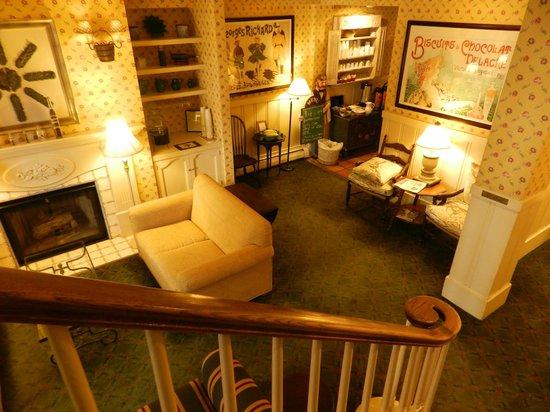 Petite Auberge: Lounge Room