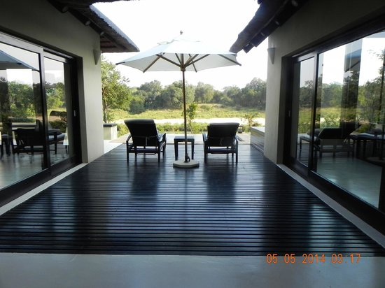 Lion Sands Ivory Lodge : Private deck overlooking river
