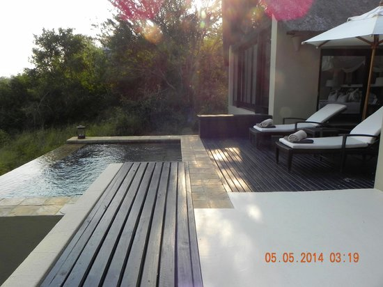 Lion Sands Ivory Lodge : Private deck with infinity pool