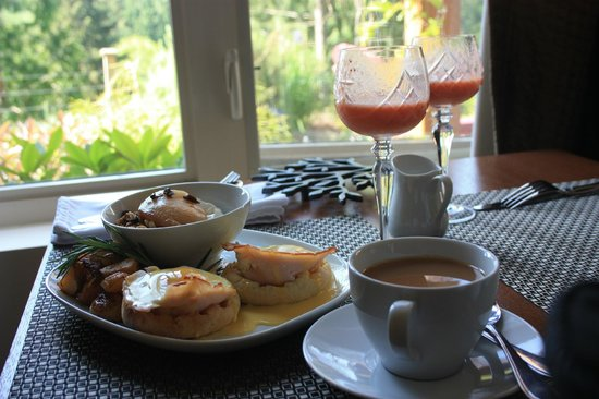 Bowen Island Hideaway: The AMAZING breakfast served to our room by Karen