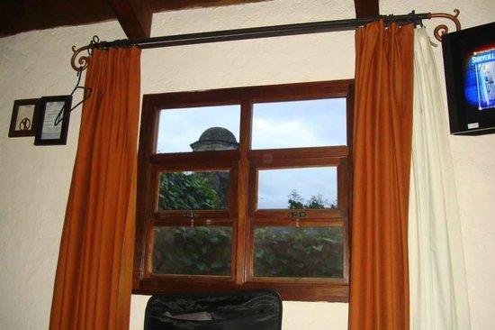 Hotel Lo De Bernal: Desde la cama la ventana se abre