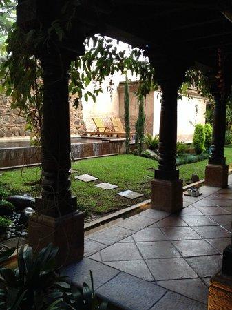 El Convento Boutique Hotel: corridor to rooms