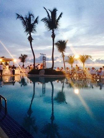 Club Med Columbus Isle : Poolside at dusk.