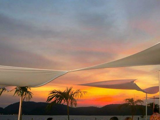 Meritus Pelangi Beach Resort & Spa, Langkawi : Sunset View from CBA with cocktails