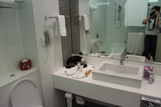 The Sydney Boulevard Hotel : Bathroom