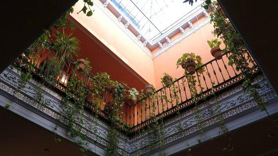 Hotel Patio de la Alameda: Look up view from ground floor
