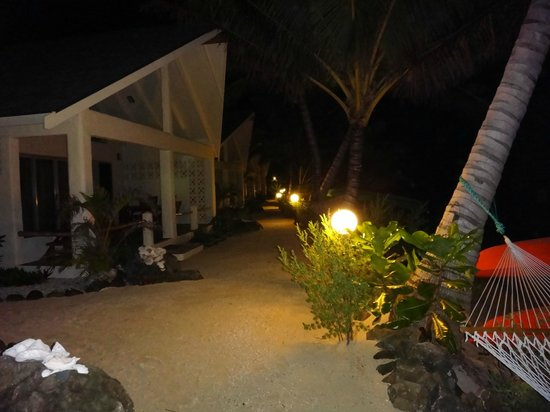 Cooks Bay Villas: Night view in front of the Villas