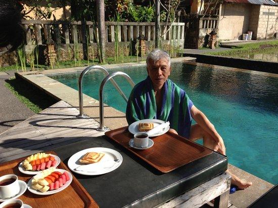 Ubud Lestari Bungalows : Pool side breakfast