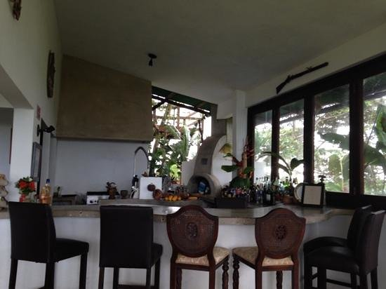 El Hotelito at the Rainforest Experience Farm: Bar and kitchen