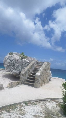 Hilton Curacao: Beautiful rock on the hotel grounds where my boyfriend proposed