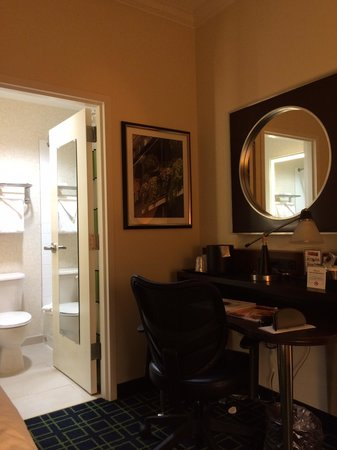 Royal St Charles Hotel: Small bath room and unnecessary big desk