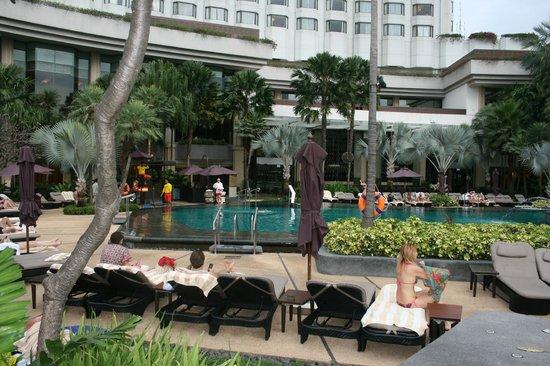 Shangri-La Hotel,Bangkok: Piscina