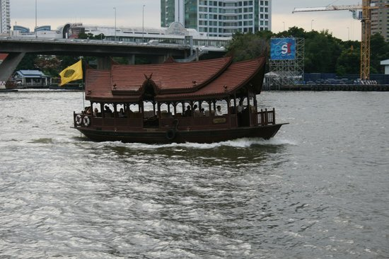 Shangri-La Hotel,Bangkok: Barco de acercamiento a centros comerciales