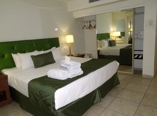 Flamingo Beach Resort: Bed and large closet with safe