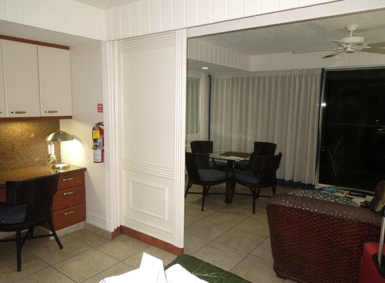 Flamingo Beach Resort: Cool sliding panels close off bedroom from sitting area/fold out couch