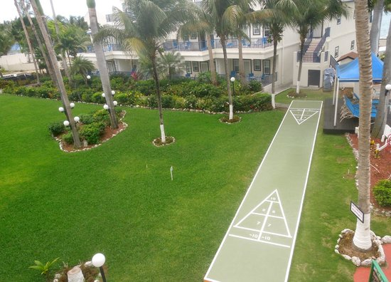Flamingo Beach Resort: View of the garden from our balcony