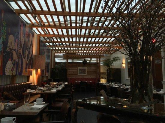 The Strand Hotel: Bar. Desayunador
