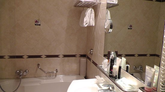 Hotel Plaza: Bathtub & shower