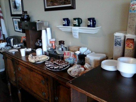 East Shore Lodging: Breakfast room