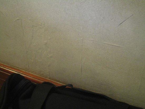 Richmonde Hotel Ortigas: slightly tattered wallpaper