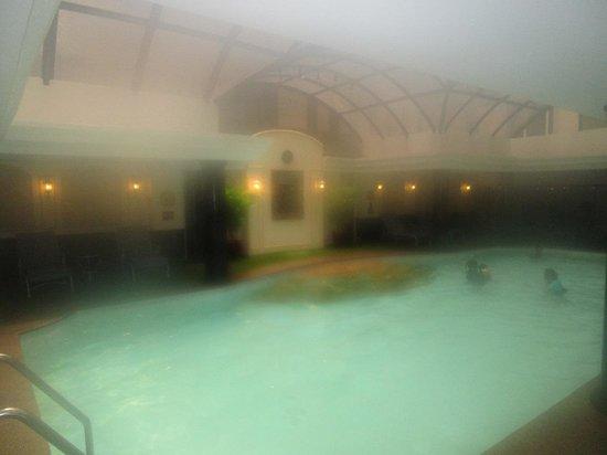 Richmonde Hotel Ortigas : Nice pool, seen through steamy air