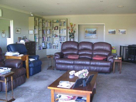 Cricklewood House Bed & Breakfast: Living Rooom