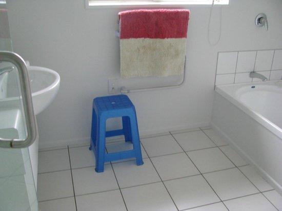 Cricklewood House Bed & Breakfast: Shared Bathroom