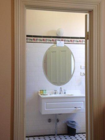 Palais Royale Boutique Hotel: Bathroom