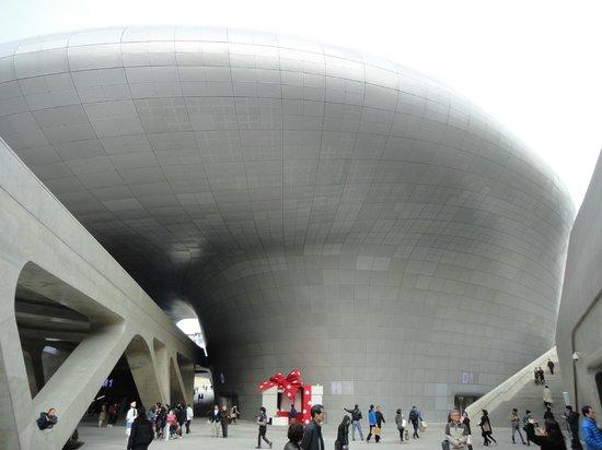 Dongdaemun History & Culture Park: edificio futurista