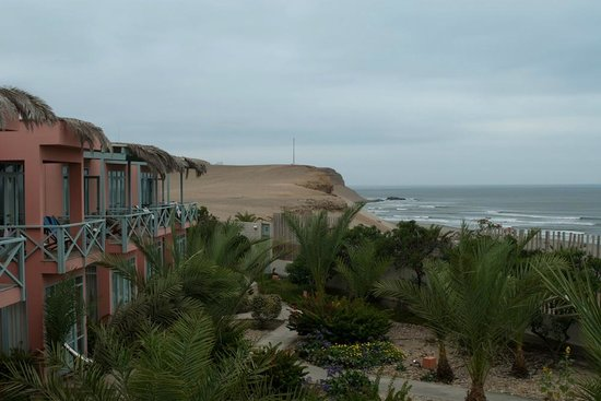 Chicama Surf Hotel & Spa: Side view of the rooms and surf break.