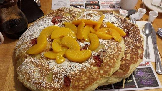 Country Pancake House: Peaches, Strawberry, Banana!