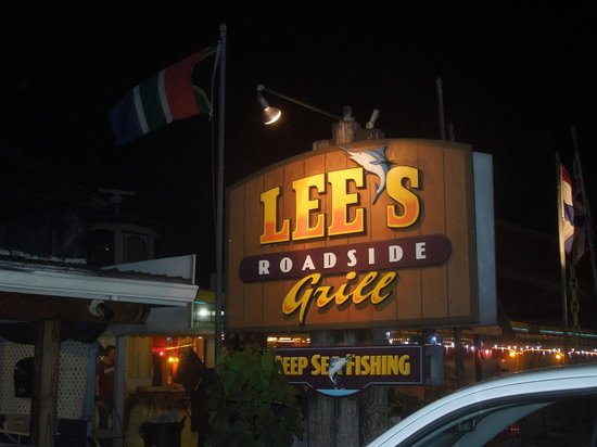 Lee's Roadside Grill: Lee's is on a busy road, but walkable from our hotel
